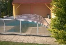 Bazénové prekrytia - posuvné. Prekrytie bazénu tvorí sústava samostatných dielov pohybujúcich sa v oboch smeroch, ktoré je možné podla potreby teleskopicky vsunút do seba, alebo roztiahnut nad plochou bazénu.